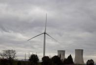 Centrale nucléaire du Tricastin et éolienne